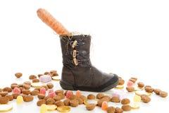 Schoen met wortelen en gembernoten voor Sinterklaas, een typische Dut Royalty-vrije Stock Foto's