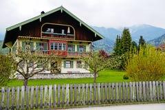 Красивый традиционный баварский дом на Schoenau, озере Koenigssee, Баварии Германии Стоковые Изображения RF