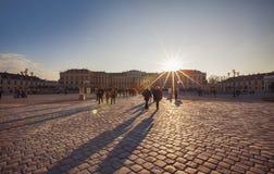 Schoenbrunn宫殿正方形的, Vienn,奥地利, 24 Decem人们 免版税库存图片