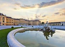 Schoenbrunn宫殿的前面在日落的维也纳-奥地利 免版税库存图片