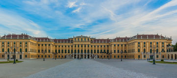 Schoenbrunn slott Wien på solnedgången Fotografering för Bildbyråer