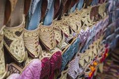 Schoenen in Arabische stijl, markt van Doubai Stock Foto