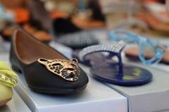 Schoenen bij de Markt in Italië Royalty-vrije Stock Foto's