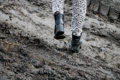Schoenen in de modder Foto in motie Het concept provincialisme royalty-vrije stock afbeeldingen