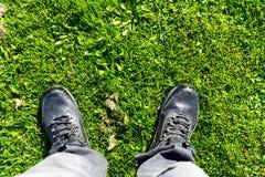 Schoenen in de tuin royalty-vrije stock afbeelding