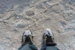 Schoenen die met witte sneeuw worden behandeld Stock Fotografie