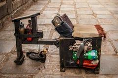 Schoenen die reeks op de straat van Cuzco, Peru schoonmaken Stock Foto