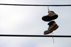 Schoenen die van een telefoondraad hangen Stock Fotografie