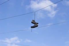 Schoenen die van telefoondraad hangen Stock Afbeelding