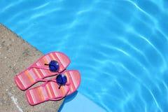Schoenen door Pool royalty-vrije stock foto's