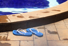 Schoenen door poolside royalty-vrije stock foto
