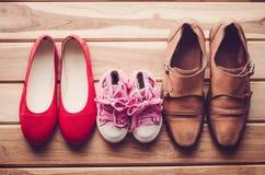 Schoenen, drie paren van papa, mamma, dochter - het familieconcept Royalty-vrije Stock Afbeeldingen