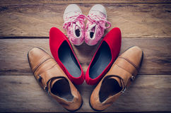 Schoenen, drie paren van papa, mamma, dochter - het familieconcept Stock Afbeeldingen