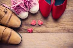 Schoenen, drie paren van papa, mamma, dochter - het familieconcept Royalty-vrije Stock Foto's