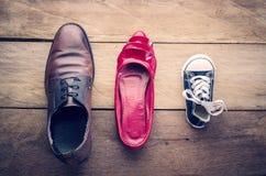 Schoenen, drie paren van papa, mamma, zoon - het familieconcept Stock Foto's