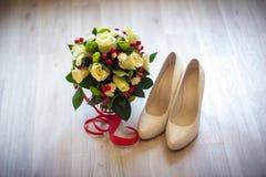 Schoenen en bloemen royalty-vrije stock afbeelding
