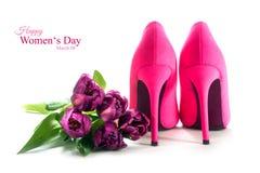 Schoenen en de tulpen van de dames de roze hoge hiel op wit, voor lo royalty-vrije stock foto's