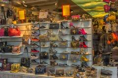 Schoenen en handtassen in het winkelvenster Stock Foto's