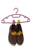 Schoenen en Hanger op witte achtergrond worden geïsoleerd die royalty-vrije illustratie