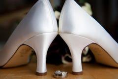 Schoenen en Ringen van de Hiel van de bruid de de Hoge Royalty-vrije Stock Foto