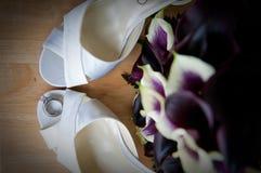Schoenen en Ringen van de Hiel van de bruid de de Hoge Stock Foto's