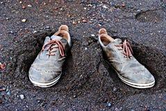 Schoenen in het zand Stock Foto's