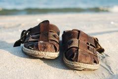 Schoenen in het zand Stock Foto