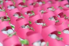 Schoenen met suikergoed roze document dat worden gevuld Stock Foto