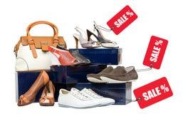 Schoenen met verkoopmarkeringen en handtas op dozen Stock Fotografie