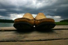 Schoenen op de brug Stock Fotografie
