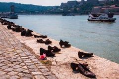 Schoenen op de Donau, beroemd holocaustgedenkteken in Boedapest Het monument, dat de schoenen van de slachtoffers vertegenwoordig Royalty-vrije Stock Foto's