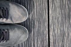 Schoenen op de houten vloer Royalty-vrije Stock Afbeeldingen