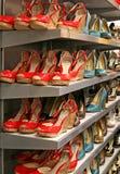 Schoenen op de plank van A Royalty-vrije Stock Foto