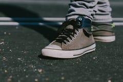 Schoenen op de weg stock afbeeldingen
