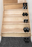 Schoenen op een houten trap Stock Afbeeldingen