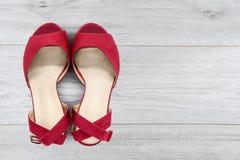 Schoenen op een vloer stock afbeelding