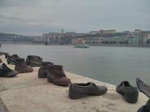 Schoenen op het de Bankgedenkteken van Donau stock afbeelding