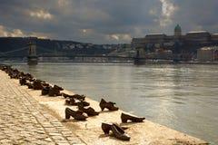 Schoenen op het de Bankmonument van Donau stock foto's