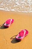 Schoenen op het strand Stock Foto's