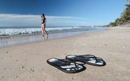Schoenen op het strand stock fotografie