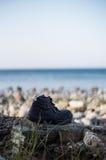 Schoenen op het strand Stock Foto