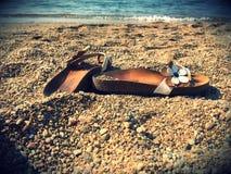 Schoenen op het strand Royalty-vrije Stock Afbeelding