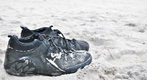 Schoenen op het strand Stock Afbeelding