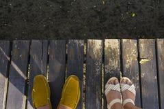 Schoenen op houten brug stock afbeeldingen