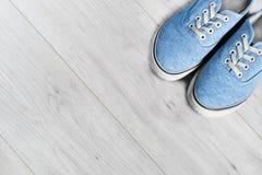 Schoenen op houten vloer stock foto