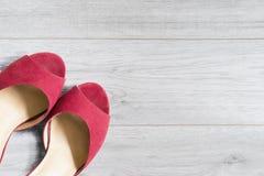 Schoenen op houten vloer royalty-vrije stock fotografie
