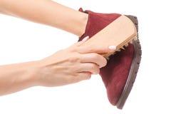 Schoenen schoonmakende borstel voor schoenen in handen royalty-vrije stock fotografie