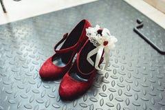 Schoenen van het leerpompen van dames omhoog sluiten de rode gemzen op een metaalachtergrond, Stock Afbeeldingen