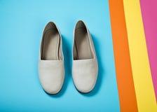 Schoenen van het vrouwen de toevallige grijze leer Stock Foto's
