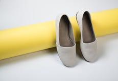 Schoenen van het vrouwen de toevallige grijze leer Royalty-vrije Stock Foto